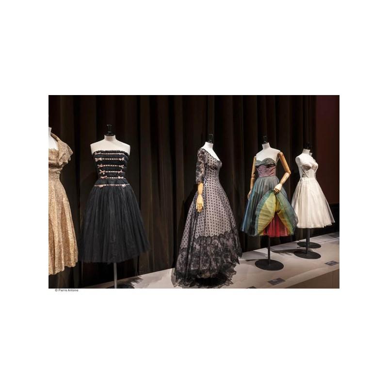 2a1adf46dc534 Catalogue d exposition Les années 50, la mode en France 1947-1957 ...