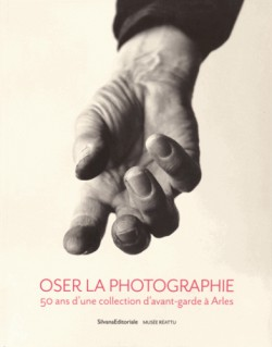 Catalogue d'exposition Oser la photographie, 50 ans d'une collection d'avant-garde à Arles