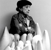 Louise Bourgeois en 1990 avec sa sculpture en marbre Eye to Eye (1970)