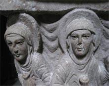 Détail du chapiteau sculpté des quatres femmes au Tombeau, vers 1120-1130, ville de Moza (c) Droits réservés