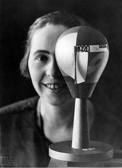 Sophie Taeuber-Arp avec tête Dada, Zurich, 1920. Stiftung Arp e.V., Berlin/Rolandswerth / Nic Aluf © Droits réservés